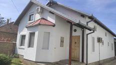 Porodicna kuca sa dvoristem, letnjikovcem i pomocnim objektom sa 2 garazna mesta.