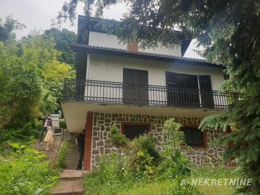Prodaje se četvorosobna spratna vikendica u Rakovcu, pogodna za odmor i život 39.500! - slika 2