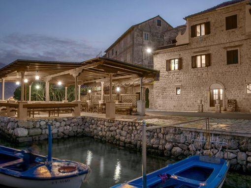 Kotor, Prčanj – dvije restaurirane kamene kuće sa restoranom, na prvoj liniji do mora - slika 3