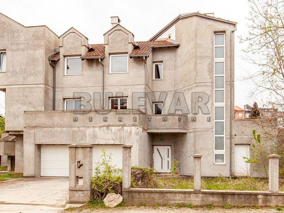 Izdaje se kuća –poslovna zgrada u mirnom delu grada 580m2, 3500 €!