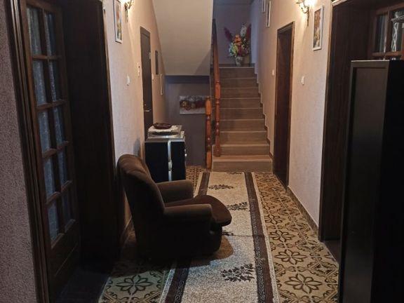 Prodajem kucu od 325 m2 i lokal od 170 m2 pored magistralnog puta ul