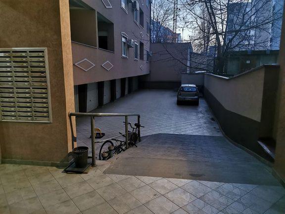 Dvosoban stan sa podzemnom garažom u Bulevaru Oslobođenja preko puta Futoške pijace