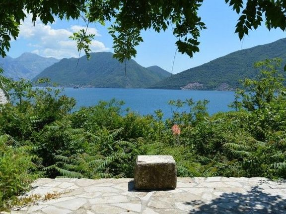 Kamena kuca u Strpu, Kotorski zaljev