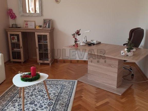 Izdaje se odličan poslovni prostor u salonskom stanu u Obrenovićevoj ulici!