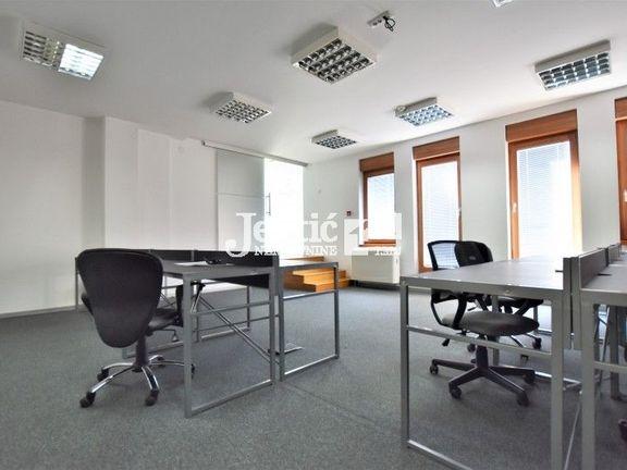 Kancelarije u poslovnoj zgradi sa parking mestom