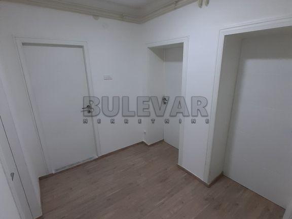Izdaje se LUX poslovni prostor na Trgu Pavla Stojkovica, centralno grejanje, 70m2, SNIŽENO 400e