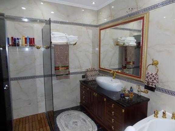 -Na prodaju luksuzno opremljena kuća, s...