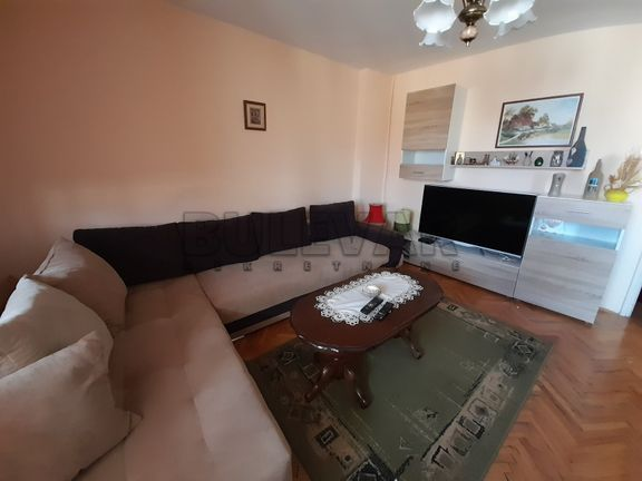 Izdaje se odlican dvoiposoban stan na Bulevaru Nemanjica u blizini Delta Planet trznog centra !!