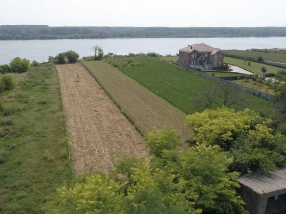 Gradjevisnko zemljište od 36 ari na fantastičnoj lokaciji, pogledom i izlaskom na Dunav