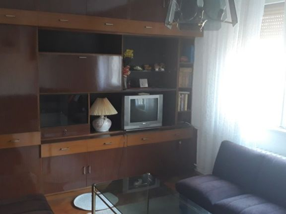 Izdajem dvokrevetnu sobu, sa upotrebom kupatila i kuhinje. U cenu ukljucene sve dazbine ( struja, grejanje, kablovska...)