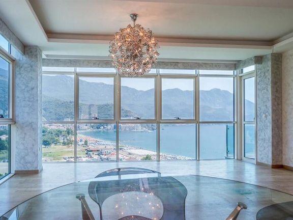 Budva, Bečići – dvosoban apartman ispod magistralnog puta, s panoramskim pogledom na more