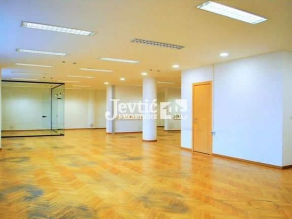 Open space + 4 odvojene kancelarije u poslovnoj zgradi