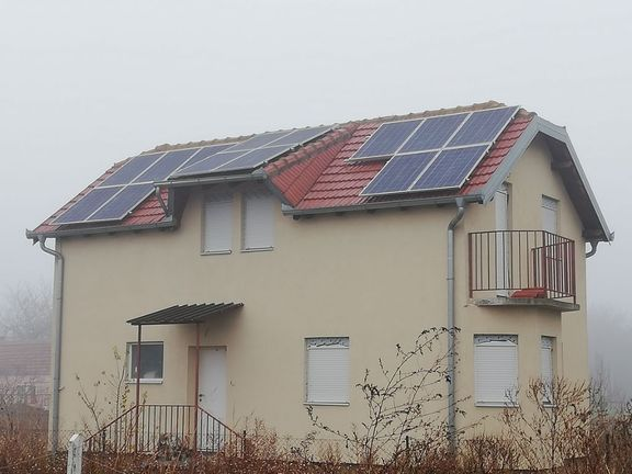 Uknjižena kuća u Batajnickom bulevaru sa solarnom strujom i toplom vodom