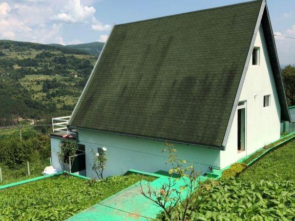 Prodaje  se lepa kuća na Tari,Perućac od 131m2 na 6,7 ari placa 300m od jezera