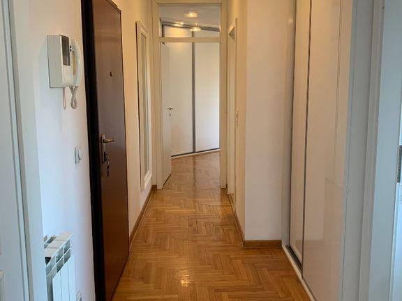 Lep  2.0 stan blizu Dunavskog keja i  Hotela Yu