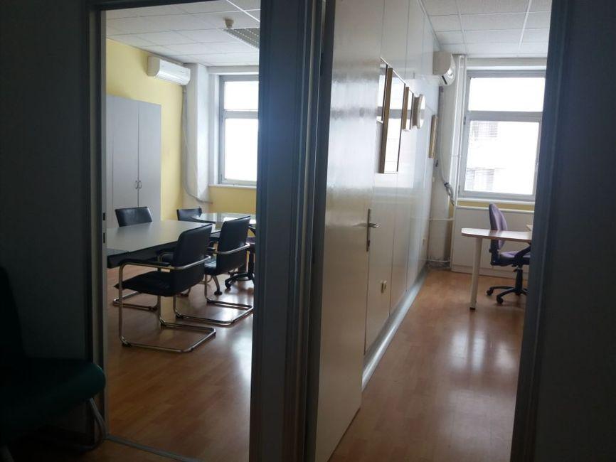 Namešten kancelarijski prostor u YBC