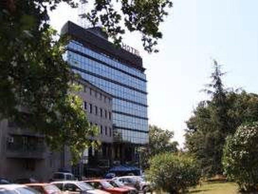 Poslovna zgrada, centar sa parkingom