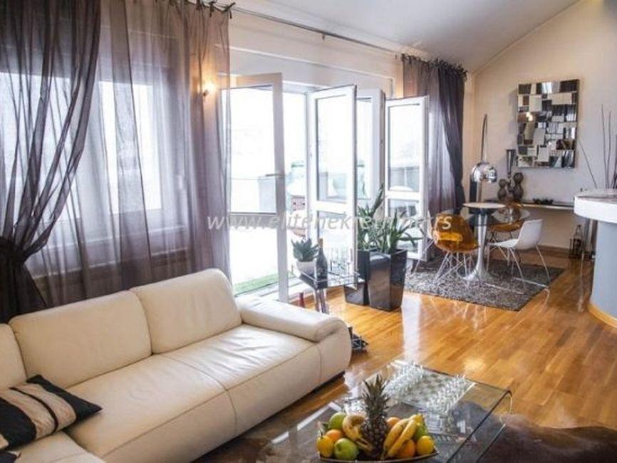 Izdavanje luksuznog stana Vracar, Đakuzi na terasi , garazno  mestom.